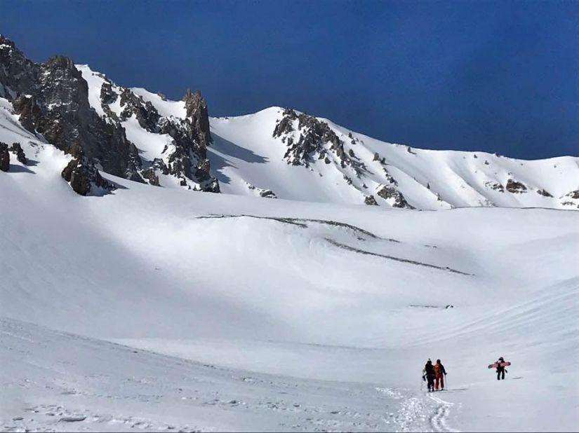 슬로프가 아닌 비압설 구간에서 아무도 타지 않은 눈을 밟으려 예릊예스 산을 오르는 스키어와 보더.jpg