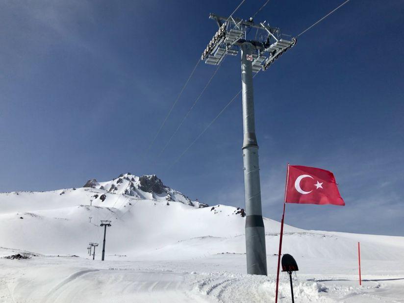 터키 국기가 아니라면 알프스 어느 스키장인 줄.jpg